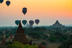 I palloni sorvolano migliaia di tempie nell'alba in Bagan, Myanmar Fotografia Stock Libera da Diritti