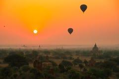 I palloni sorvolano migliaia di tempie nell'alba in Bagan, Myanmar Immagine Stock Libera da Diritti