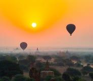I palloni sorvolano migliaia di tempie nell'alba in Bagan, Myanmar Fotografia Stock
