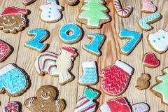I pan di zenzero sono decorati per il nuovo anno ed il Natale & il x28; può essere usato come card& x29; Fotografia Stock Libera da Diritti