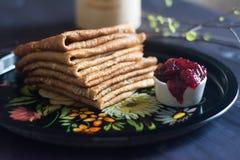 I pancake accatastano con inceppamento sul vassoio Immagini Stock