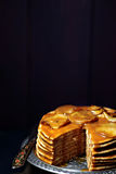 I pancake con le pere caramellate e la caramella salata sauce Fotografia Stock