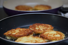Pancake di patata bielorussi fritti in una pentola Immagini Stock Libere da Diritti