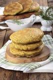I pancake hanno fatto da farina di mais con spinaci e le erbe fotografia stock libera da diritti