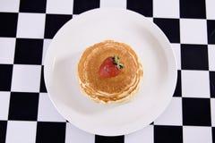 I pancake hanno superato con una fragola Fotografia Stock