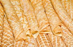 I pancake russi (crepes) hanno riempito di caviale. Fotografia Stock Libera da Diritti