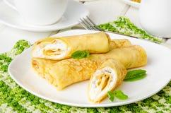 I pancake russi tradizionali con la ricotta, l'uva passa e la ciliegia dolci sauce per la prima colazione Fotografia Stock