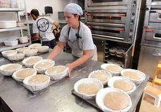 I panettieri che producono le pagnotte fatte a mano in un forno della famiglia che modella la pasta nel tradional modella a Sofia Immagini Stock Libere da Diritti