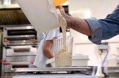 I panettieri che producono le pagnotte fatte a mano in un forno della famiglia che modella la pasta nel tradional modella a Sofia Fotografie Stock Libere da Diritti