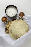 I pani indiani freschi Naans del piano e i poppadums sono servito sul panno bianco Fotografia Stock