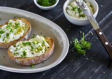 I panini con il formaggio, olio d'oliva, pistacchi ed erbe di ricotta è una prima colazione o uno spuntino deliziosa e sana Fotografia Stock Libera da Diritti