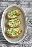 I panini con il formaggio, olio d'oliva, pistacchi ed erbe di ricotta è una prima colazione o uno spuntino deliziosa e sana Fotografie Stock Libere da Diritti
