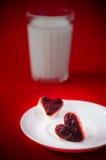 I panini con il lingonberry si inceppano sotto forma di cuori su un platt Immagine Stock