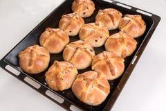I panini trasversali caldi appena al forno/hanno cucinato in un vassoio nero di cottura, Fotografia Stock Libera da Diritti