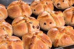 I panini trasversali caldi appena al forno/hanno cucinato vicino su Immagini Stock