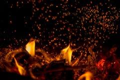 I pannan bränner en ljus brand, det ` s som är trevlig att sitta vid härden Royaltyfri Fotografi