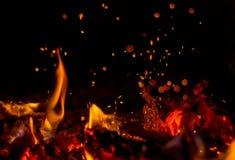 I pannan bränner en ljus brand, det ` s som är trevlig att sitta vid härden Arkivbild