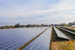 I pannelli di energia solare, moduli fotovoltaici per innovazione si inverdiscono l'energia per vita con il fondo del cielo blu fotografie stock