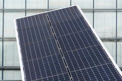 I pannelli solari giranti blu hanno inclinato l'inseguitore di asse, concetto futuro di energia Immagine Stock