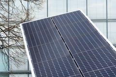 I pannelli solari giranti blu hanno inclinato l'inseguitore di asse, concetto futuro di energia Fotografia Stock Libera da Diritti