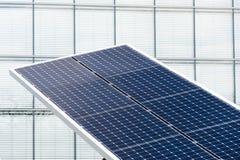 I pannelli solari giranti blu hanno inclinato l'inseguitore di asse, concetto futuro di energia Fotografie Stock Libere da Diritti