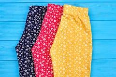 I pantaloni organici della neonata si chiudono su Immagini Stock