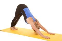 I pantaloni santi di forma fisica della donna giù inseguono Fotografia Stock