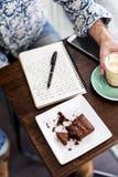 I pantaloni a vita bassa di stile di vita si rilassano il concetto della caffetteria fotografia stock
