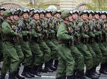 I paracadutisti del 331st custodice il reggimento disperso nell'aria in Kostroma durante la parata sul quadrato rosso in onore di Immagini Stock Libere da Diritti