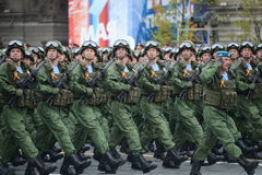 I paracadutisti del 331st custodice il reggimento disperso nell'aria in Kostroma durante la parata sul quadrato rosso in onore di Immagine Stock Libera da Diritti