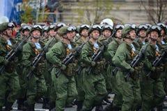 I paracadutisti del 331st custodice il reggimento disperso nell'aria in Kostroma durante la parata sul quadrato rosso in onore di Fotografie Stock Libere da Diritti