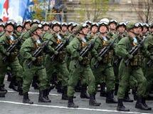 I paracadutisti del 331st custodice il reggimento disperso nell'aria in Kostroma durante la parata sul quadrato rosso in onore di Immagine Stock