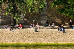 I parigini ed i turisti hanno picnic e si rilassano sulla Senna Fotografie Stock