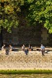 I parigini ed i turisti hanno picnic e si rilassano sulla Senna Fotografia Stock