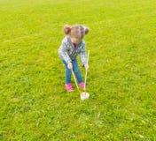 I Park behandla som ett barn flickan får klart att blåsa bubblor Royaltyfria Foton