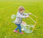 I Park behandla som ett barn flickan med sådana stora bubblor Royaltyfri Bild