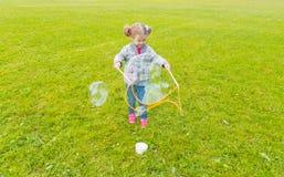 I Park behandla som ett barn flickan med sådana stora runda bubblor Fotografering för Bildbyråer