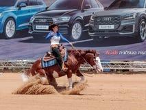 I partecipanti ai concorsi equestri eseguono su un'azienda agricola del cavallo Fotografia Stock Libera da Diritti