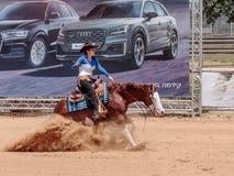 I partecipanti ai concorsi equestri eseguono su un'azienda agricola del cavallo Fotografie Stock
