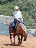 I partecipanti ai concorsi equestri eseguono su un'azienda agricola del cavallo Immagine Stock