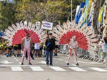 I partecipanti al carnevale di Adloyada si sono vestiti in un vestito del pavone in Nahariyya, Israele Fotografia Stock Libera da Diritti