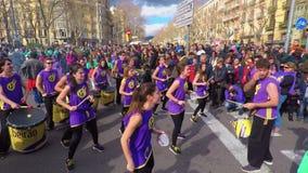 I partecipanti del nuovo anno cinese sfoggiano a Barcellona stock footage