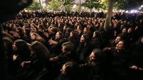 I partecipanti di Queima Das Fitas sfoggiano - festività tradizionale degli studenti delle università portoghesi video d archivio