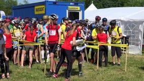 I partecipanti di sfida di orienteering ottengono le mappe dell'itinerario prima dell'inizio della concorrenza stock footage