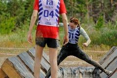 I partecipanti effettuano l'esercizio di anti-gravitazione Immagine Stock