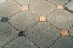 Particolari delle mattonelle di pietra grige geometriche del giardino Immagini Stock