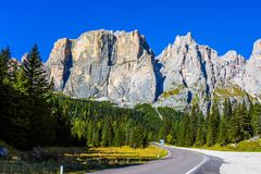 I passaggi della strada nelle alpi della dolomia Fotografie Stock