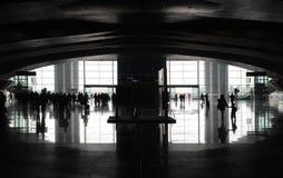 I passeggeri con bagagli vanno su una stazione Fotografia Stock