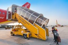 I passeggeri dell'aria si imbarcano sull'aereo, Vietnam Fotografia Stock