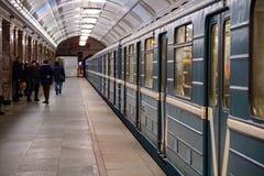 I passeggeri entrano nell'automobile Il treno parte fotografia stock libera da diritti